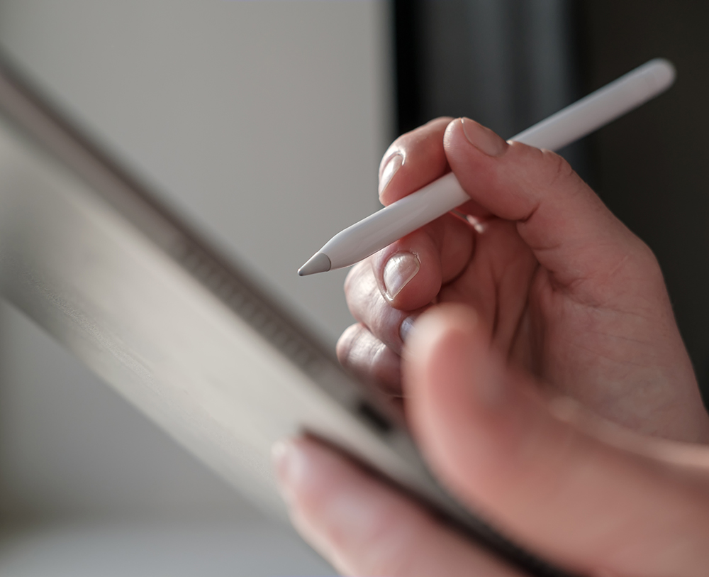 Elektronische digitale Unterschrift am Tablet an der Rezeption